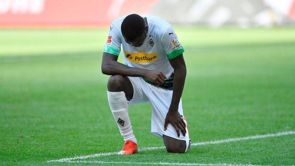 Il calcio si inginocchia contro il razzismo