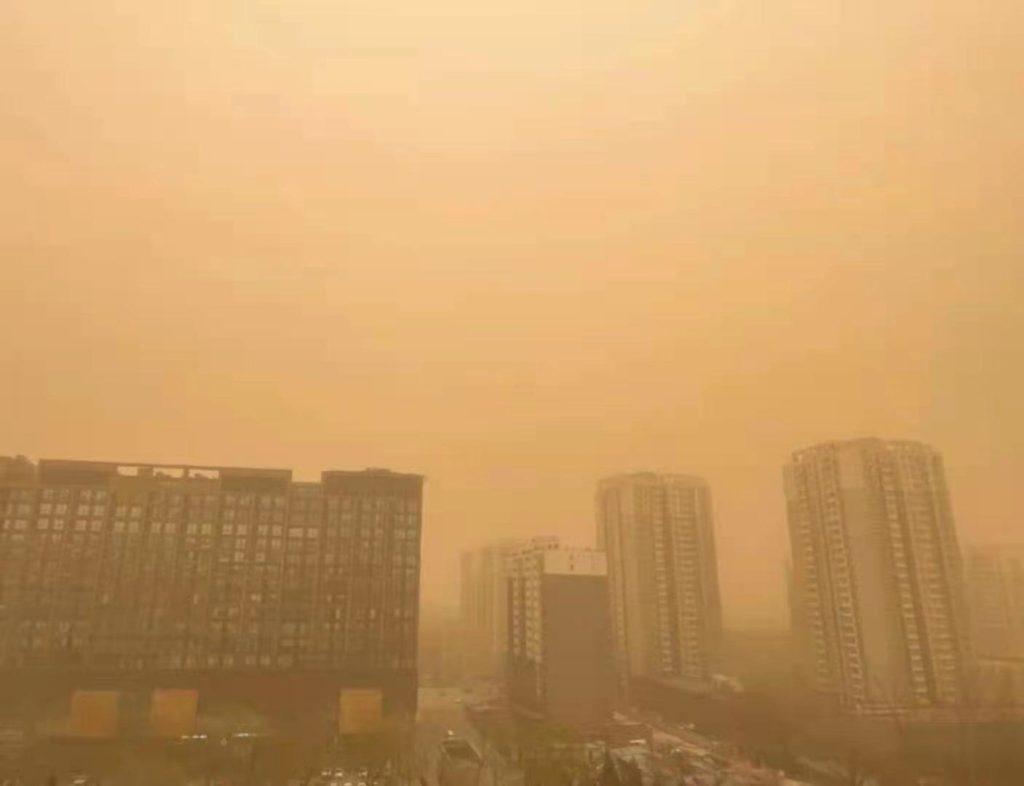 Tempesta di sabbia a Pechino, una città effetto seppia